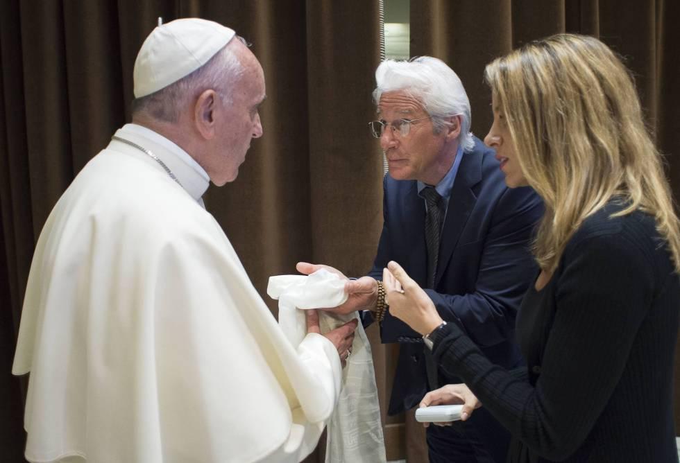 El actor Richard Gere y su novia, Alejandra Silva, en su encuentro con el papa Francisco este domingo.
