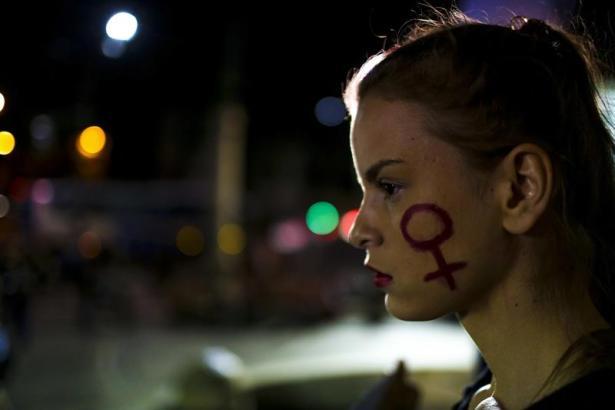 Una mujer participa en una manifestación contra la violación de una adolescente por más de 30 hombres, hoy, viernes 27 de mayo de 2016, frente a la Asamblea Legislativa de Río de Janeiro (Brasil). La violación de una adolescente por más de 30 hombres en una favela de Río de Janeiro ha consternado a Brasil y ha provocado una cadena de condenas en las redes sociales, entre ellas la de Dilma Rousseff, la presidenta suspendida temporalmente del cargo, y del propio Gobierno interino. EFE/Antonio Lacerda