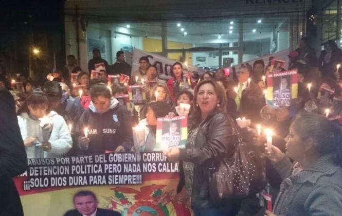 Decenas de personas hacen vigilia en apoyo a León