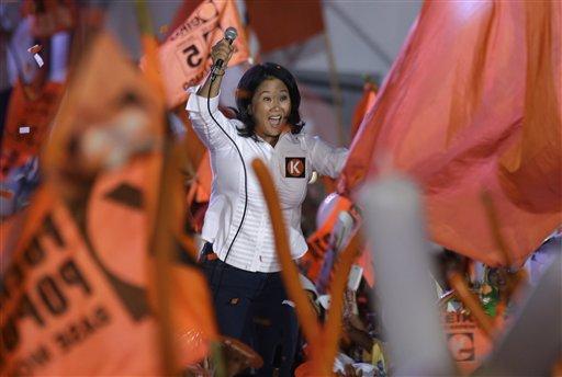 En esta imagen del jueves 7 de abril de 2016, la candidata a la presidencia Keiko Fujimori saluda a sus seguidores en su mitin de cierre de campaña en Lima, Perú. La candidata, hija del expresidente Alberto Fujimori, es la favorita en las elecciones peruanas del domingo 10 de abril. (AP Foto/Martín Mejía)