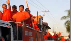 Urenda cerró su campaña con una caravana gigante