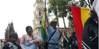 Autoridades recibieron a marchistas del Conisur en la Plaza principal de Cochabamba