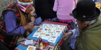 Adivinos andinos anticipan el futuro en plomo, cerveza y huevo