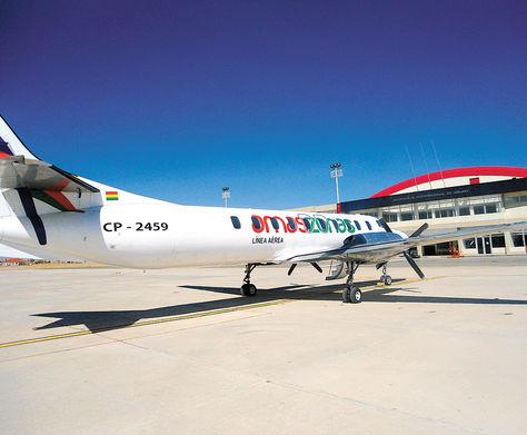 Oruro. Una aeronave   de Amaszonas en la pista del aeropuerto orureño. Al frente se ve la terminal de pasajeros.