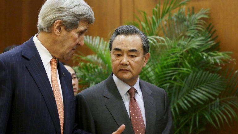 John Kerry junto a Wang Yi