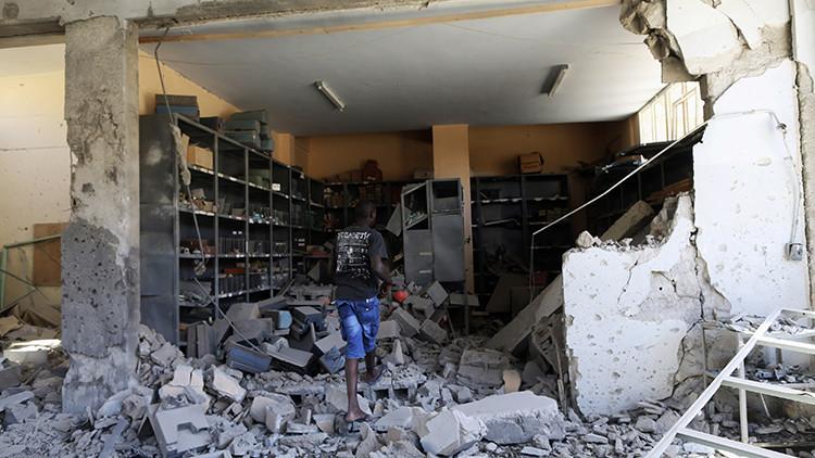 Un empleado inspecciona los daños en una institución educativa tras un bombardeo en Bengasi, el 1 de junio de 2014.