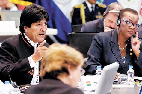 Cumbre. EvoMorales en la plenaria de la Celac, mientras Michelle Bachelet (de espaldas)escucha la intervención.