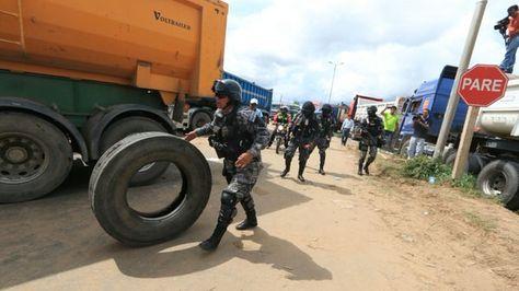 Policías levantan el bloqueo en la carretera Santa Cruz - Warnes. Foto: @Diario_ElDia