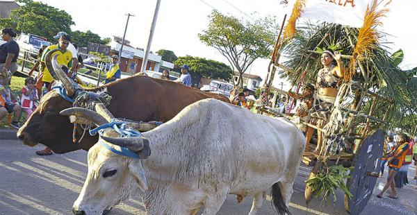 COMO ERAN ANTES.  Carretones tirados por bueyes son una característica del corso de las tres ciudadelas de la urbe cruceña. Participarán 50 agrupaciones carnavaleras