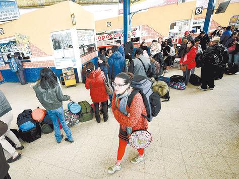 molestia. En los días de bloqueo, pasajeros esperaban viajar a Oruro y otros destinos en la terminal de La Paz. Foto: Wara Vargas-archivo