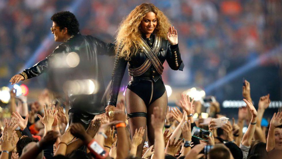 Beyonce junto a Bruno Mars en su actuación en la Super Bowl 2016