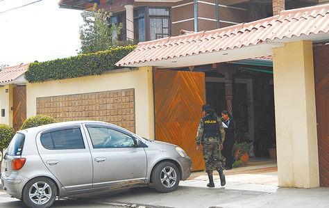 Interdicción. Policía en la confiscación de un inmueble y un vehículo a narcotraficantes, en 2013, Cochabamba.