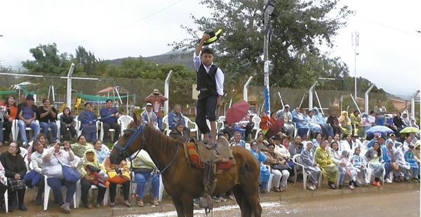 Un niño carnavalero demuestra su pericia sobre un caballo