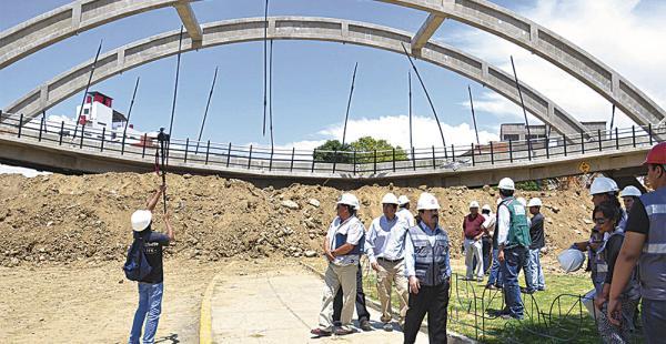 El puente colapsado está ubicado entre las avenidas 6 de Agosto e Independencia de Cochabamba