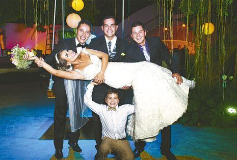 /q' PASARLA BIEN. Fabricio, Roly Y Mateo Elevan A Ximena con la ayuda del novio en una postal divertida