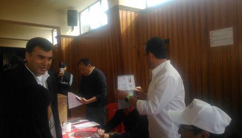 Juan Ramón Quintana emitió su voto en la unidad educativa Amor de Dios. Foto: Marilyn Choque
