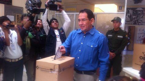 El fiscal general del Estado, Ramiro Guerrero al momento de depositar su voto en la capital. Foto: Yuvert Donoso