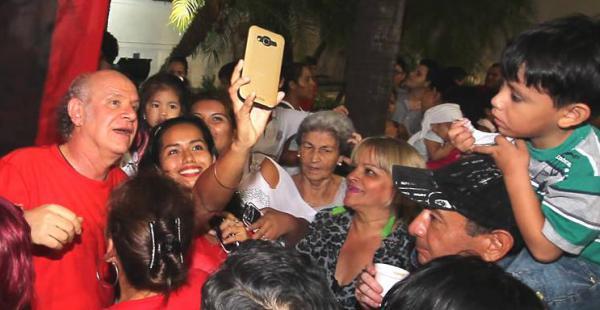 El periodista Carlos Valverde recibió el cariño de la gente en la plaza 24 de Septiembre