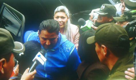 Gabriela Zapata baja de un vehículo en el distrito policial de la zona sur de La Paz