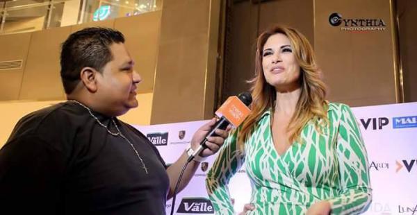 Javier Vargas entrevistando a la sexóloga Alessandra Rampolla, que vino en octubre a Santa Cruz