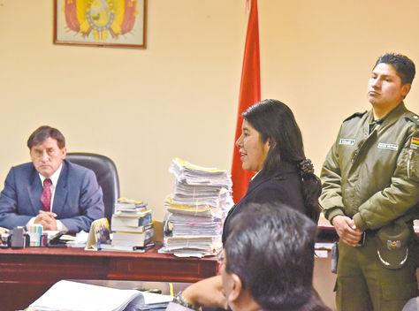Audiencia. La exfuncionaria del Ministerio de la Presidencia Cristina Choque (der.) expone ante el juez Enrique Morales, quien determinó ayer su detención.