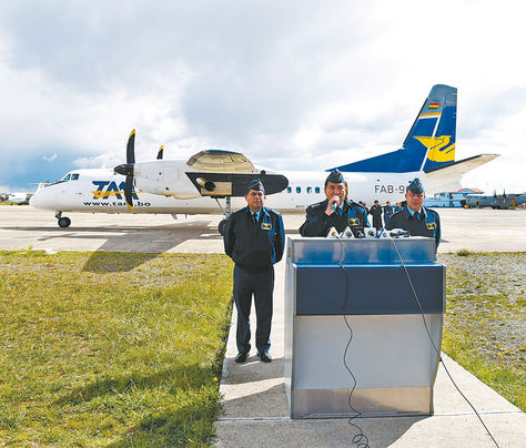 El Alto. Jefes militares de la FAB presentan una aeronave china reparada.