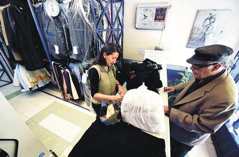 Servicio. Un señor deja sus prendas de vestir en Lavazul, que está situado en la zona de Sopocachi de La Paz. Foto: Wara Vargas
