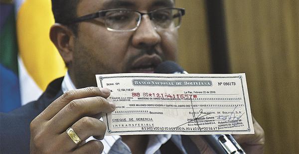 El ministro  Milton Claros mostró el cheque que pagó la CAMC por su boleta de garantía