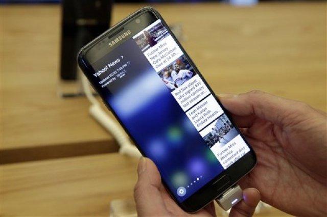 Un Galaxy S7 Edge fotografiado en un local de Samsung de Nueva York. (AP Photo/Richard Drew)