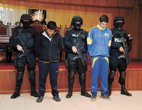 Sospechosos. Yamil Andrés C. y Adrián Gabriel V., rodeados de efectivos en la presentación en el Comando Policial.