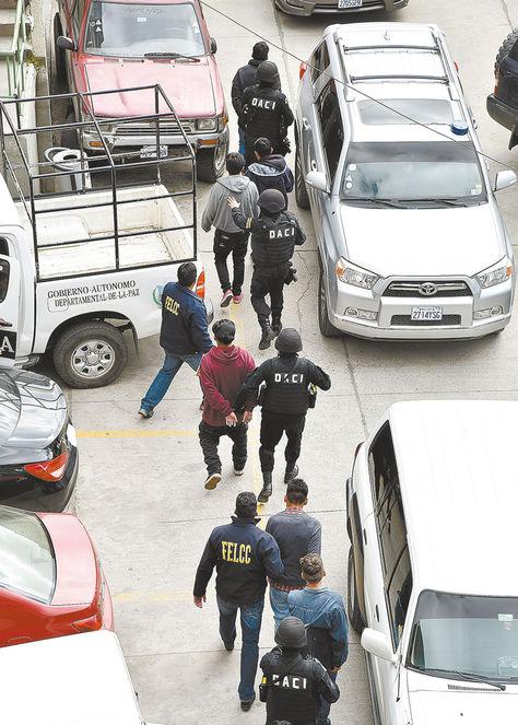 Policías llevan a pandilleros. Foto: Pedro Laguna
