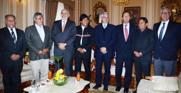 El presidente Evo Morales se reunió por casi tres horas con exmandatarios para afinar la estrategia nacional frente a Chile.