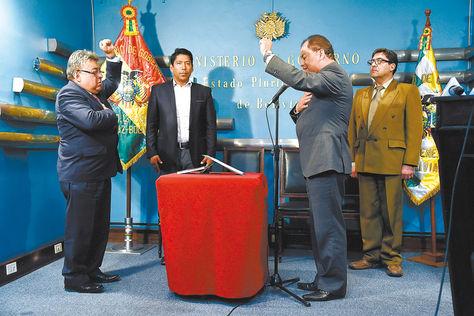 Posesión. El Ministro de Gobierno toma juramento a Rodolfo Illanes, nuevo viceministro de Régimen Interior. Foto: Pedro Laguna