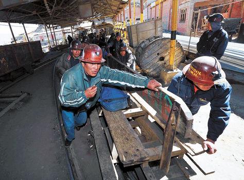 Actividad. Un grupo de trabajadores de la Empresa Minera Huanuni hace su labor en el yacimiento estañífero. Foto: Archivo