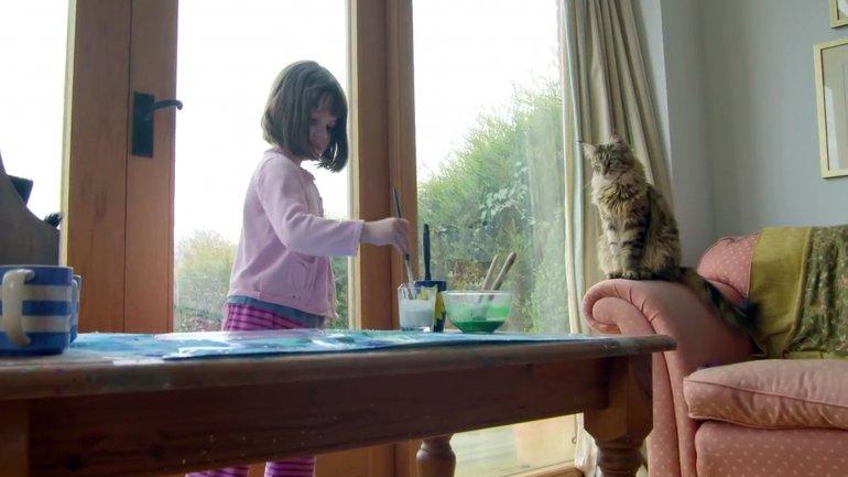 Iris con su gato Thula. La raza es Maine Coon y resultó de gran compañía para la pequeña de seis años
