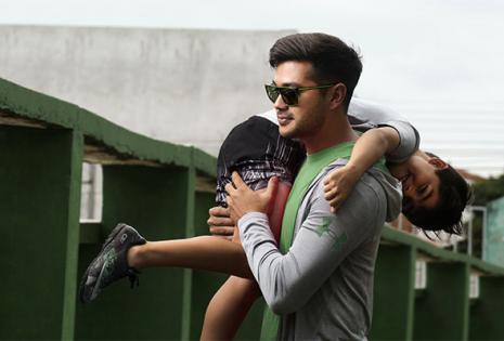 Alejandro Áñez lleva en brazos a su hijo Agustín (8), además es papá de los mellizos Alejandro y Salvador (16) y de Zaira (2). Practica crossfit y es imagen de Precisión