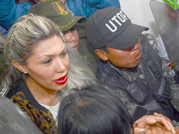 GABRIELA ZAPATA BAJO FUERTE VIGILANCIA POLICIAL ABANDONA EL JUZGADO DONDE DEBÍA PRESENTAR A SU HIJO.