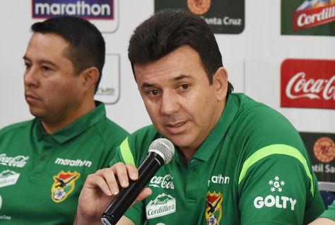 Julio César Baldivieso, director técnico de la selección boliviana de fútbol, junto a miembros de su cuerpo técnico en conferencia de prensa.