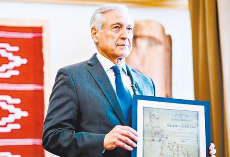LITIGIO. Muñoz sostiene el mapa anexo al Tratado de 1904 que probaría que el Silala es un río. Foto: www.latercera.com