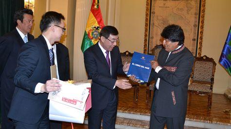 Presidente Evo Morales recibe a delegacion China y al Sr. Ma Peihua Vicepresidente de la Conferencia Consultiva Politica del Pueblo Chino y Vicepresidente Ejecutivo de la Asosciacion Nacional de la Construccion Democrata de China en Palacio de Gobierno