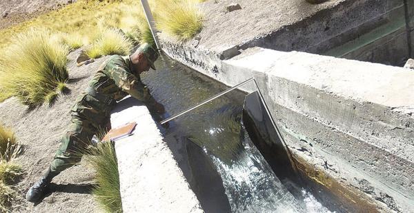 Las aguas del manantial son canalizadas y enviadas a Chile. Se mencionan tubos subterráneos