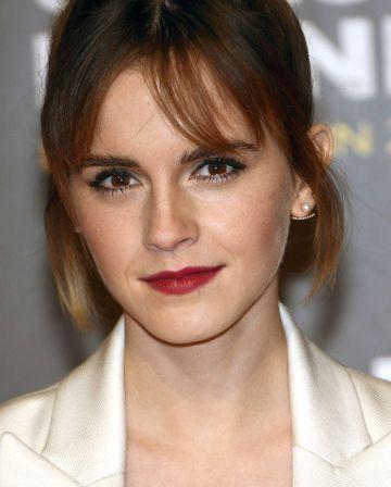 Emma Watson luce su rostro con pecas en el estreno de 'Colonia'.