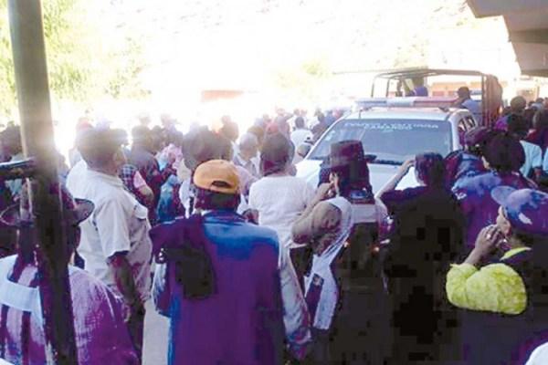 VIGILIA. Camargueños resguardan la Policía.