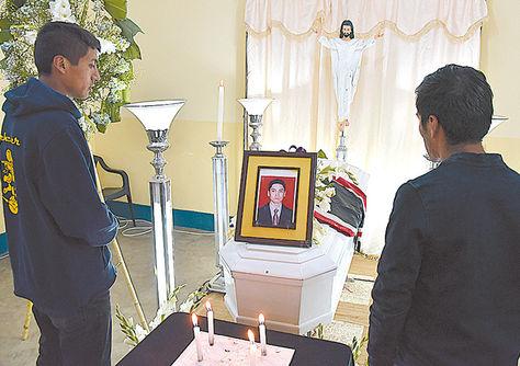 Muerte. El velorio del joven linchado, Carlos Llano, el 29 de marzo.