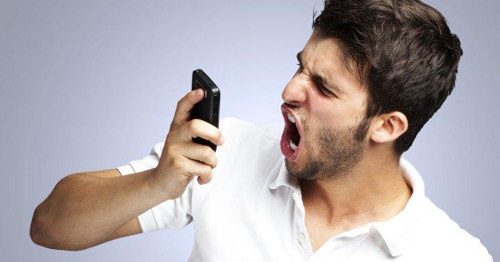 hombre enfadado gritando al móvil