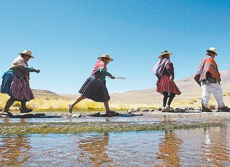 Visita. Un grupo de dirigentes junto a las aguas delSilala que visitaron el 29 de marzo.LaConalcam alista otro viaje junto aEvoMorales.