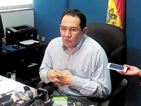 Conferencia. El fiscal general del Estado, Ramiro Guerrero, informa a periodistas sobre la renuncia de Rollano.