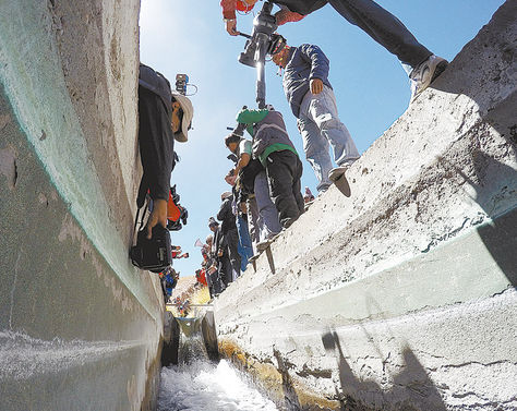 Frontera. Una de las canalizaciones artificiales de las aguas del Silala que Chile emplazó en Bolivia.