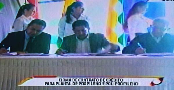 El ministro Sánchez, el presidente de YPFB y el presidente del BCB firmaron el contrato de financiamiento para la planta en Tarija