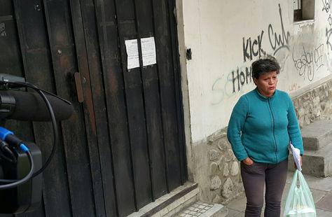 Pilar Guzmán, quien dice ser tía de Gabriela Zapata, en afueras de la cárcel de Miraflores. Foto: La Razón Digital - archivo